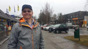 Kunnanvaltuutettu Pekka Heikkinen (kok.) ehdottaa, että Sodankylä hakisi kaupunkioikeuksia.