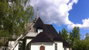 Heinolan pitäjänkirkon kattoa tervataan