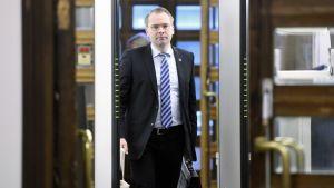 Jussi Niinistö menossa eduskunnan täysistuntoon Helsingissä.