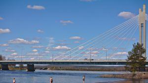 Uimareita Rovaniemen uimarannalla