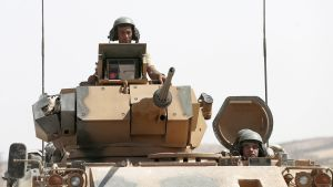 Turkkilaisia sotilaita panssarivaunussa.