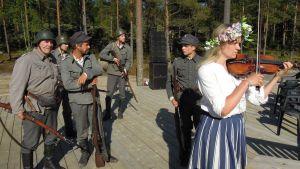 Viulisti Helena Puukka esittää Suomi-neitoa Harparskogin Tuntemattomassa sotilaassa.