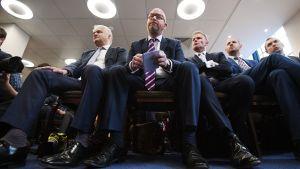 UKIP-puolueen puheenjohtaja Paul Nuttall (keskellä).