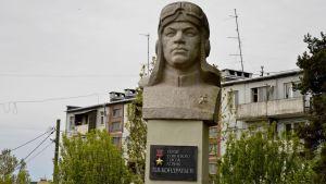 Säkkijärven keskustaa, lentäjäsankari Kondratejevin patsas