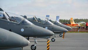Hawk -hävittäjiä Seinäjoen lentokentällä Airshown maanäyttelyssä.