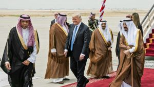 Donald Trump vierailee Saudi-Arabiassa.