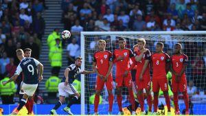 Skotlannin Leigh Griffitsh ampuu vapaapotkua Englantia vastaan.
