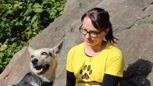 Johanna Vihermaa Leevi-koiran kanssa.