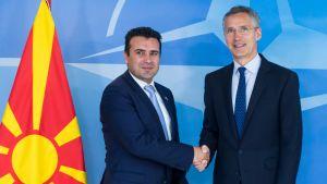 Makedonian pääministeri Zoran Zaev (vasemmalla) ja Naton pääsihteeri Jens Stoltenberg tapasivat maanantaina Brysselissä.