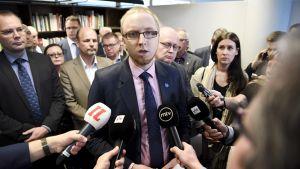 Perussuomalaisista irtautuneiden kansanedustajien Uusi vaihtoehto -ryhmän puhemies Simon Elo median edessä Helsingissä.