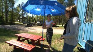 Vilhelmiina Ylinampa ja Venla Sääskilahti heräävät aamuviideltä leipomaan. Kahvila on avoinna kuusi tuntia päivässä.