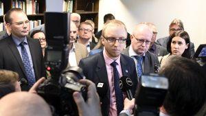 Perussuomalaisista irtautuneiden kansanedustajien Uusi vaihtoehto -ryhmän puhemies Simon Elo median edessä.