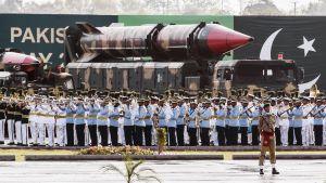 Pakistanin armeija esittelee ydinkärkeä sotilasparaatissa Islamabadissa.