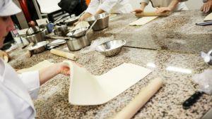 Leipurit työskentelevät ranskalaisessa leipomossa.