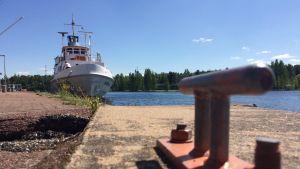 Sisävesiristeilijä satamassa Heinolassa.