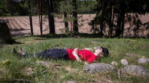 Nainen makaa rauta-ajan hautauspaikalla.