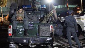 Poliisit partioivat shiiamoskeijan edustalla Kabulissa.