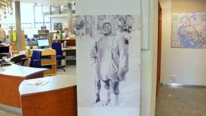 Simo Häyhän kuva kirjastossa