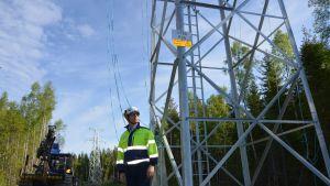 Vaasan sähköverkon toimitusjohtaja Juha Rintamäki seuraa uuden ympäristöyställisemmän voimajohdon valmistumista Jungsundissa.