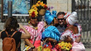 Kuubalaisnaiset turistin ympärillä.
