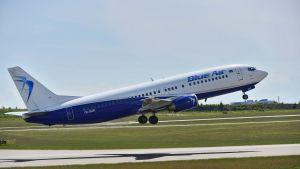 Blue Air -lentoyhtiön matkustajakone nousukiidossa lentoyhtiön Blue Airin lehdistötilaisuudessa Helsinki-Vantaan lentokentällä 16. kesäkuuta 2017.