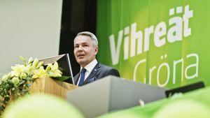 Pekka Haavisto puhuu vihreiden puoluekokouksessa.