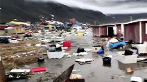 Oline Nielsenin videosta kaapatussa kuvassa näkyy tuhon jälkiä Nuugaatsiaqin kylässä.