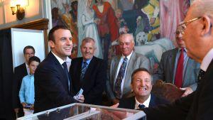 Ranskan presidentti Emmanuel Macron äänesti Pariisissa sunnuntaina.
