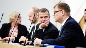 Ministerit Anu Vehviläinen, Sampo Terho, Petteri Orpo ja Juha Sipilä eduskunnan täysistunnossa maanantaina.