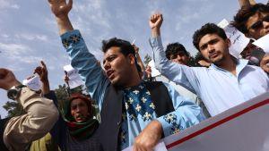Afganistanilaiset osoittivat mieltään heikentynyttä turvallisuustilannetta vastaan kesäkuun alussa Heratissa