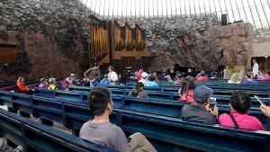 Turisteja Temppeliaukion kirkossa tiistaina 20. kesäkuuta