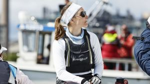 Silja Frost Brittiläisen Macgregorin venekunnassa Match race -purjehduksen MM-kilpailuissa Helsingin Hernesaaren kärjessä