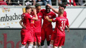 RB Leipzigin pelaajat juhlivat maalia.