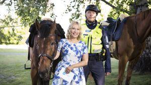 Sanna Ukkola kuvattuna yhdessä ratsupoliisin kanssa.