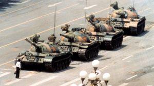 Tuntematon kiinalainen mies uhmaa panssarivaunuja Taivaallisen rauhan aukiolla kesäkuussa 1989.