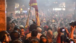 Vielä huhtikuussa Albaniassa osoitettiin voimakkasti mieltä. Mielenosoittajat ottivat yhteen poliisin kanssa.