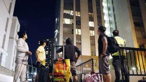 Asukkaita evakuoitiin myöhään Chalcots Estate -tornirakennuksista Camdenissa, Lontoossa 23. kesäkuuta 2017. Chalcots Estateista on poistettava noin neljä tuhatta ihmistä viidestä tornitalosta, koska rakennusten verhous on vaihdettava niiden ulkopuolelta.