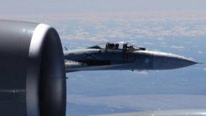 Kaksi lentokonetta lähellä toisiaan.