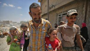 Irakilaisia ihmisiä pakenemassa Mosulin vanhasta kaupungista.