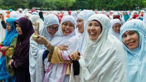 Eid al-Fitr -juhlan viettäjät kuvaavat toisiaan.
