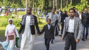 ihmiset saapuvat id-rukoukseen Oulunkylän liikuntapuistossa