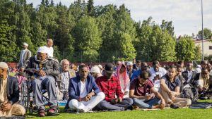 Oulunkylän liikuntapuiston urheilukenttä täyttyi rukoukseen osallistujista