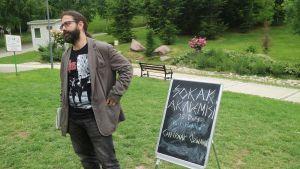 Can Irmak Özinanır sai potkut yliopistosta allekirjoitettuaan  rauhanvetoomuksen. Nyt hän opettaa ilmaiseksi puistoissa.