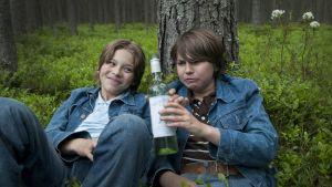 Kaiken se kestää on tarina kahden oululaispojan (Olavi Angervo ja Vili Saarela) kasvukivuista 1970-luvun Suomessa.