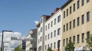 Asuin- ja liikerakennuksia kaupungin keskustassa.