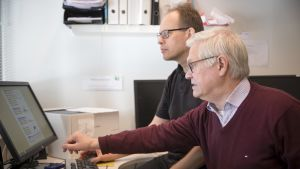 Professori Markku Partinen tutkii montoria.