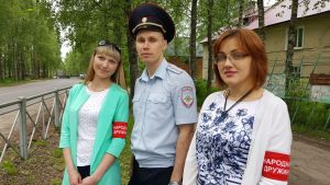Prääsän kansalaispartion jäseniä: Nastja Deshina, poliisikapteeni Juri Gubarev ja kansalaispartion johtaja Anna Fjodorova