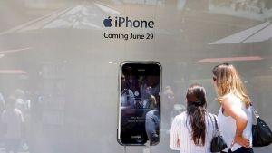 Kuluttajat odottivat ensimmäisiä iPhoneja myyntiin kesäkuussa 2007 Los Angelesissa.