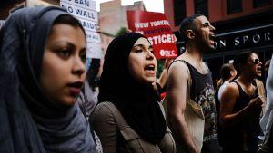 Sadat ihmiset osoittivat mieltään Trumpin maahantulokieltoa vastaan New Yorkin kaduilla 29. kesäkuuta.