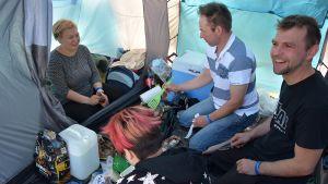 Aamupalan valmistusta teltassa